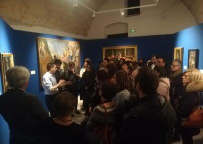 Mimmo Centonze prima dell'emergenza Covid-19, mentre racconta dal vivo i dipinti del Museo degli Uffizi