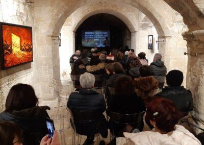 Mimmo Centonze durante una lezione su Leonardo e Caravaggio al Museo MUDIC