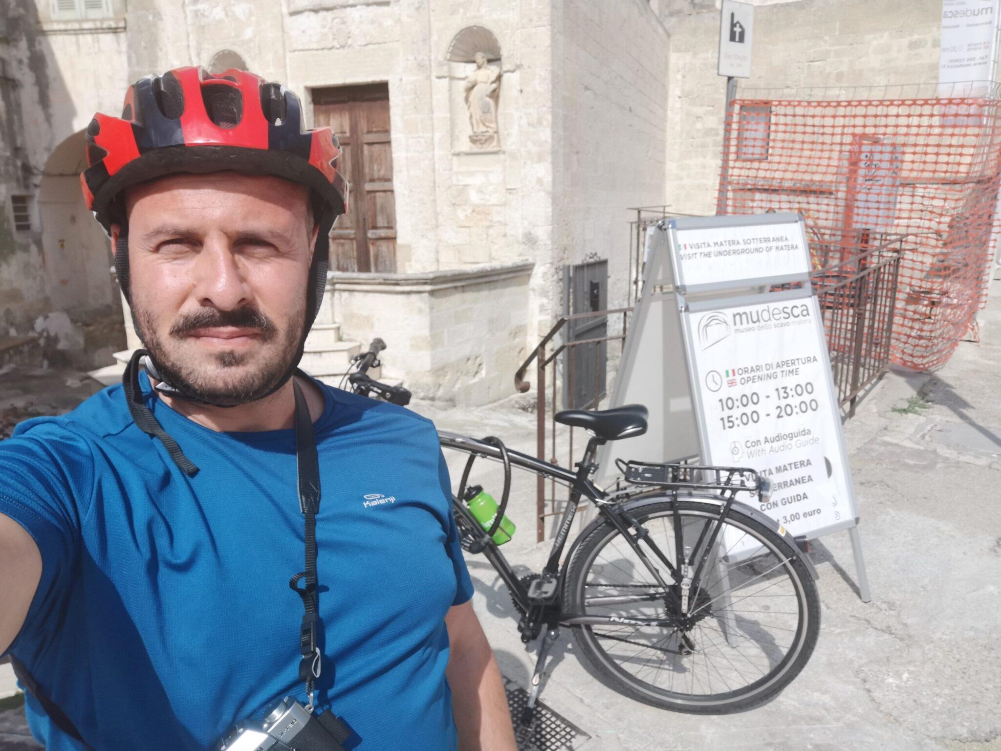All'ingresso del MuDeSca con la mia city bike