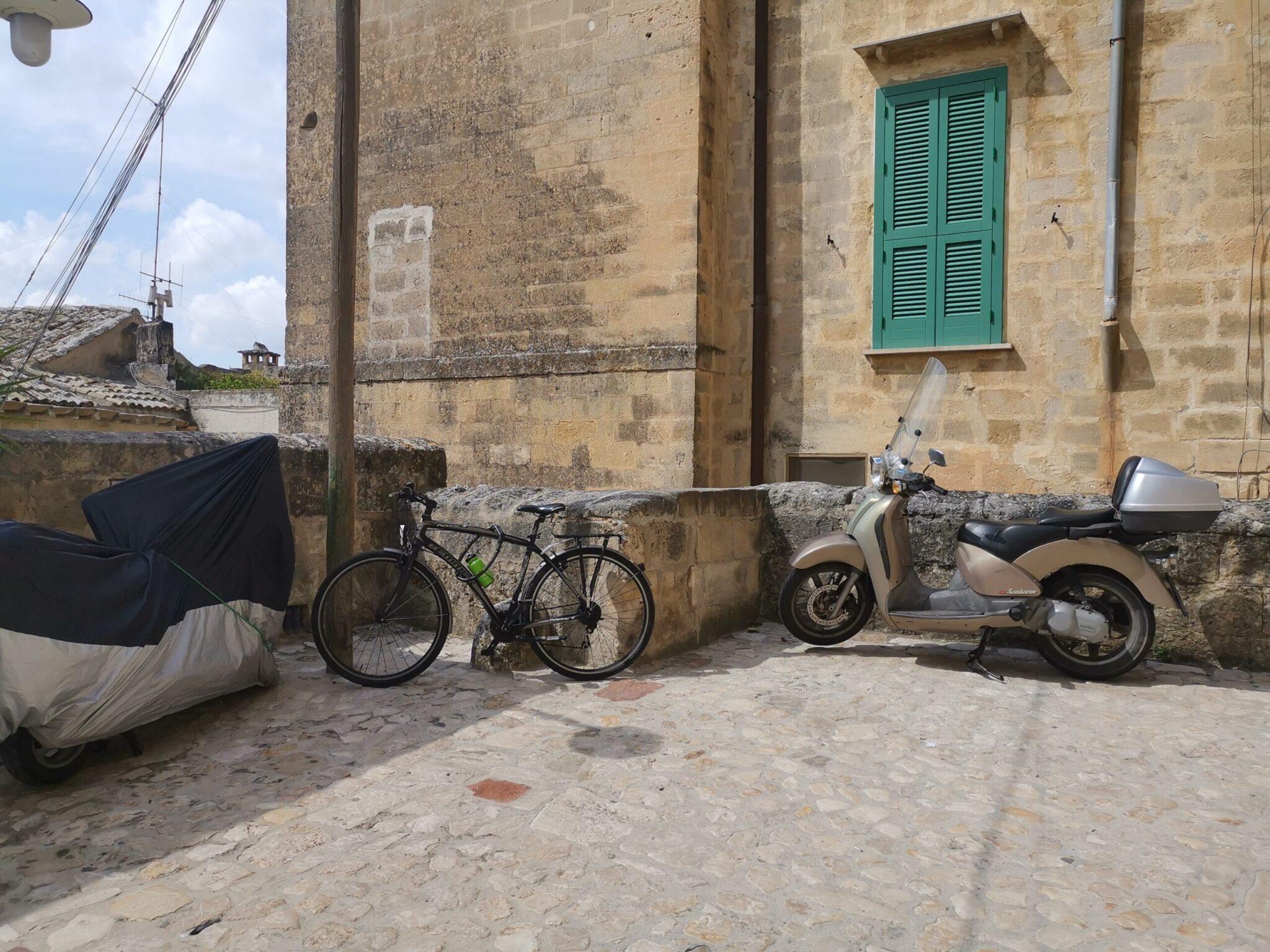 Stallo per bicicletta nei pressi di Casa Noha