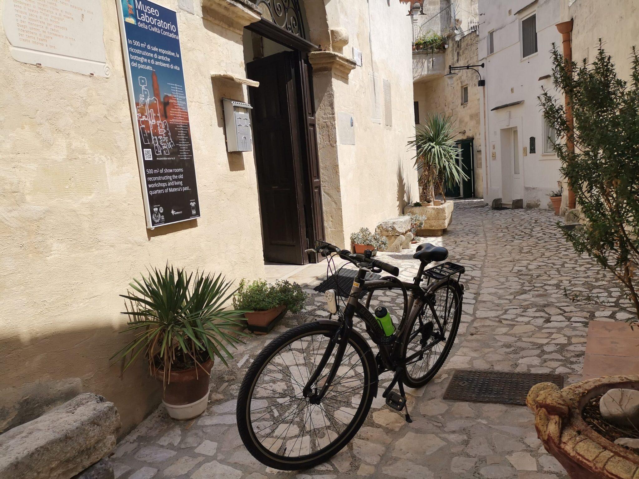 La mia bici davanti all'ingresso del Museo Laboratorio