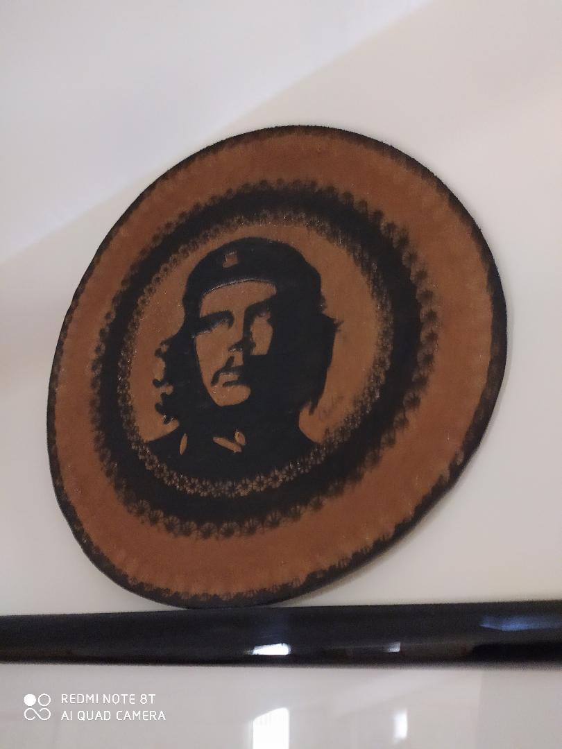 Un raro ritratto rotondo di Che Guevara in vera pelle fatto a mano a Cuba. (collezione Casa Museo Comunismo Matera)