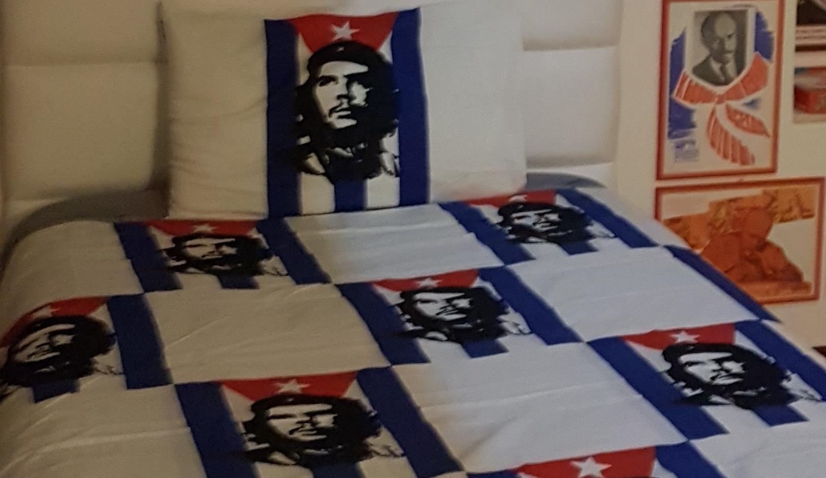 Letto con cuscino e copertina del Che