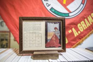 Nella foto, una tessera originale del 1921 del PCI