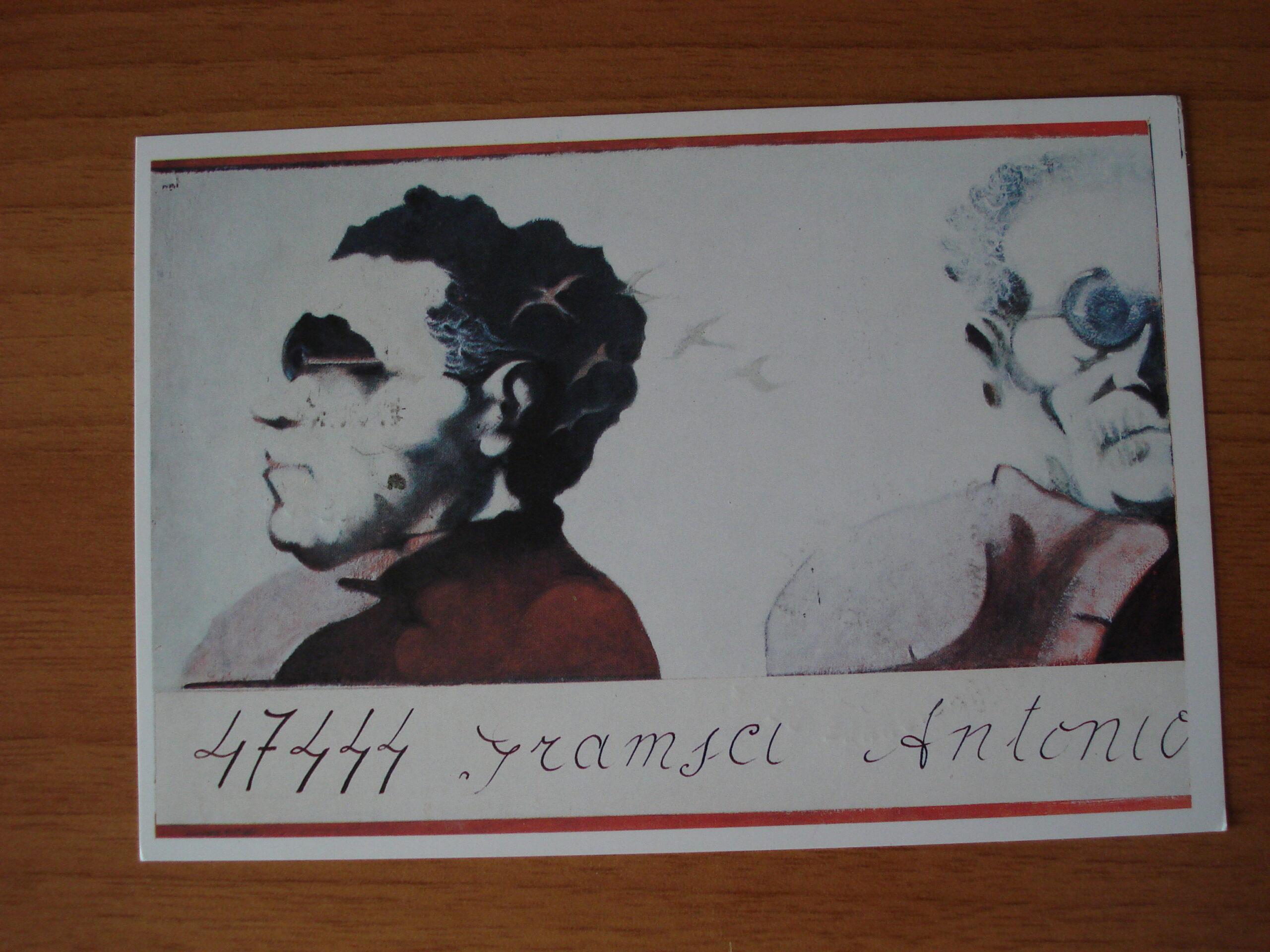 """Cartolina commemorativa emessa dal PCI nel 1987 che riproduce le foto segnaletiche di Antonio Gramsci, di profilo e di fronte, eseguite il 29 gennaio 1935.  Sotto la cartolina l'iscrizione """"47444: Gramsci Antonio"""" tratta dal fascicolo del Casellario politico centrale."""