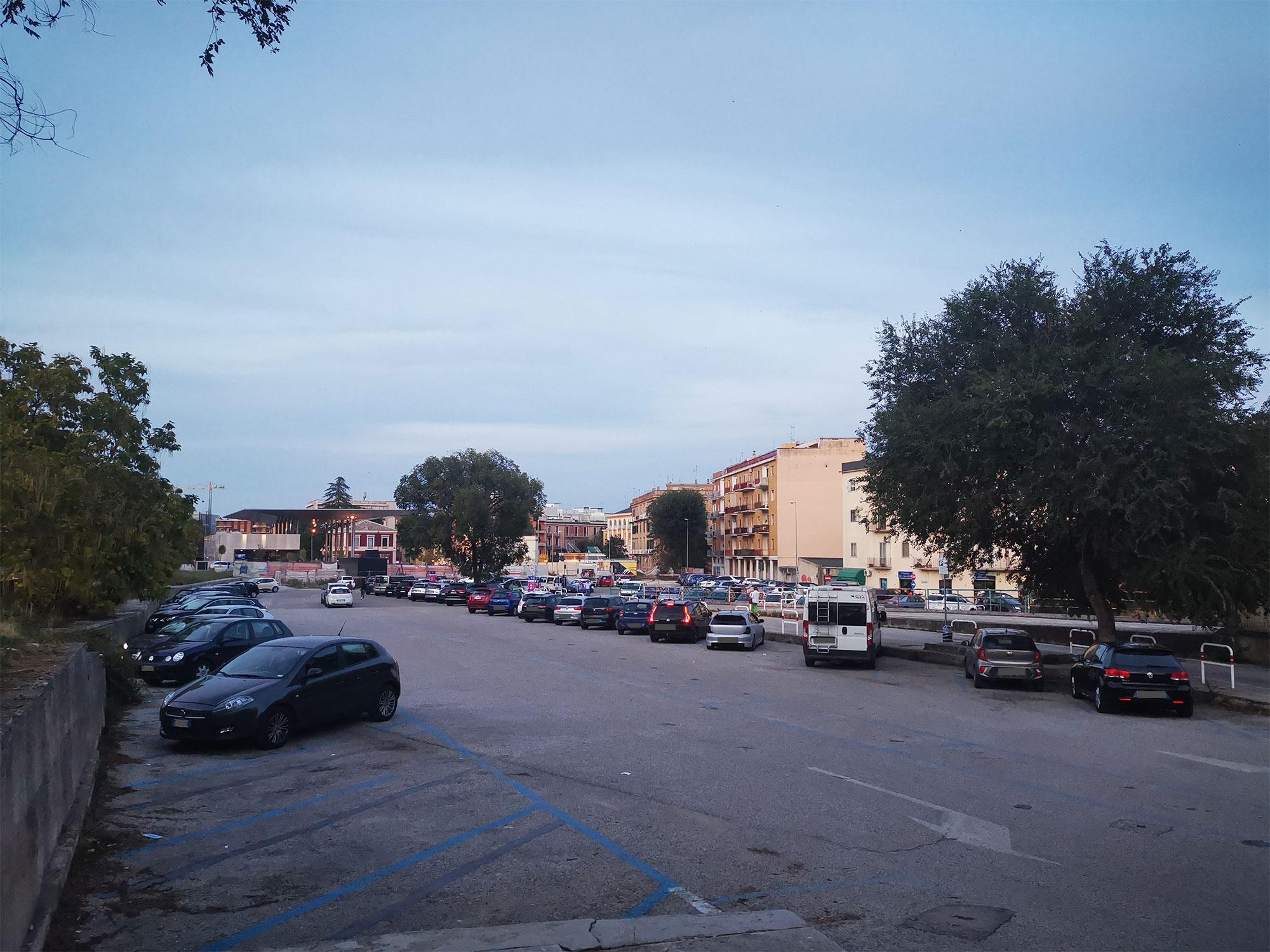 Una parte del parcheggio all'aperto di Piazza della Visitazione a Matera