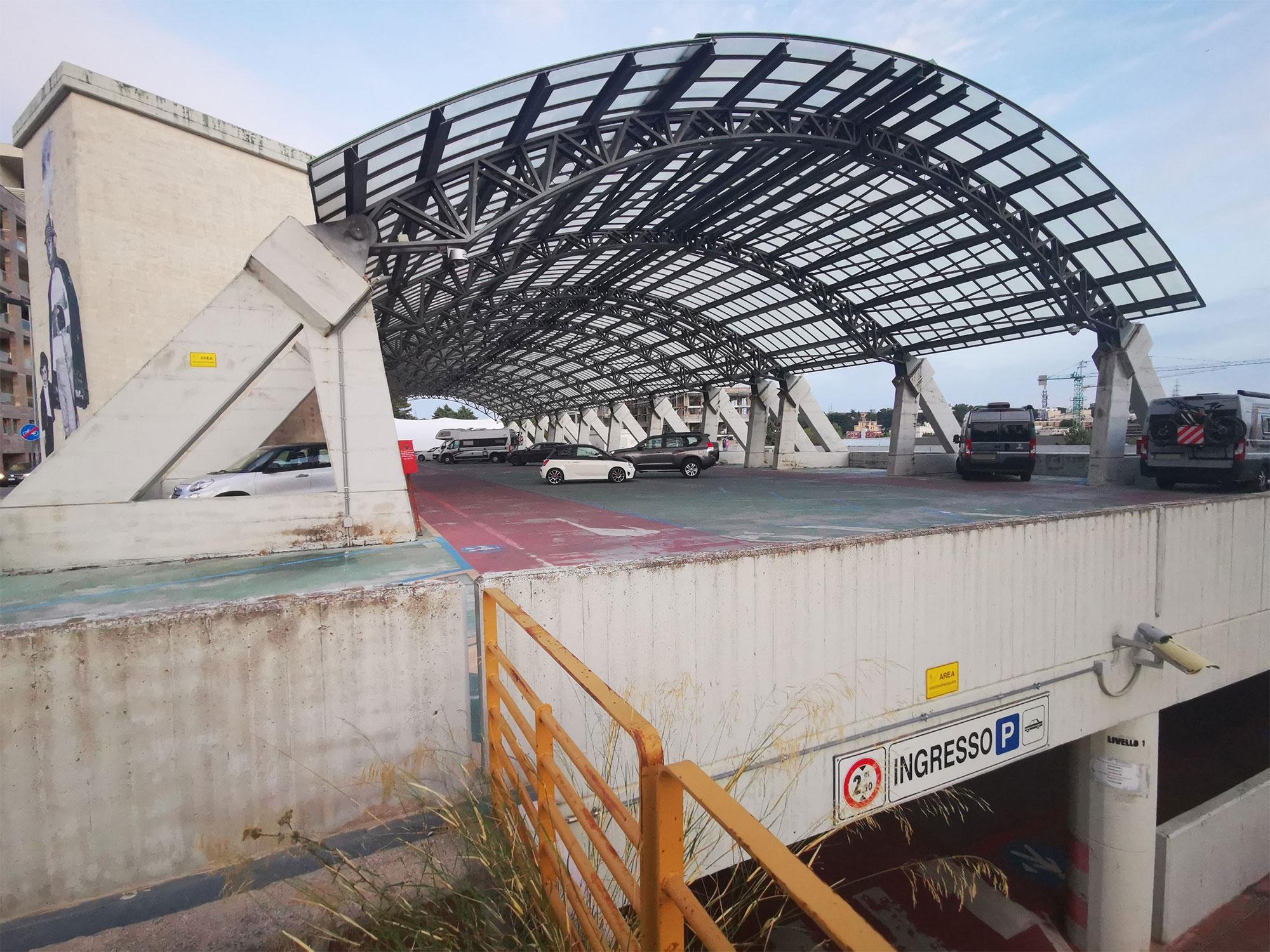 Parcheggio multipiano di Via Saragat a Matera con ingresso al piano inferiore